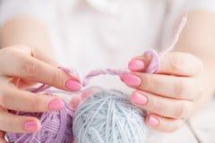 Fermez-vous des boules de laine colorées multi Photos stock
