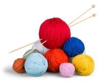 Fermez-vous des boules de tricotage de mur sur le blanc Photographie stock libre de droits