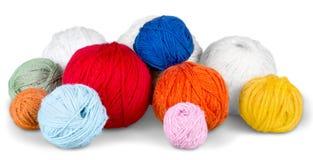 Fermez-vous des boules de tricotage de mur sur le blanc Photos libres de droits