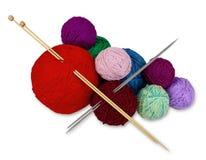 Fermez-vous des boules de tricotage de mur sur le blanc Photos stock