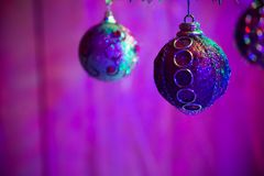 Fermez-vous des boules pourpres comme décoration sur l'arbre de Noël Images stock