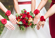 Fermez-vous des bouquets de jeune mariée et de demoiselles d'honneur images libres de droits