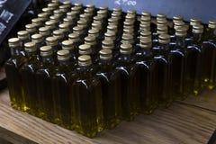 Fermez-vous des bouteilles d'huile d'olive Photographie stock