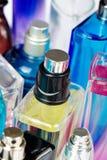 Fermez-vous des bouteilles de parfum image stock