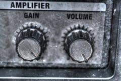Fermez-vous des boutons d'amplificateur de guitare dans le hdr Photo stock