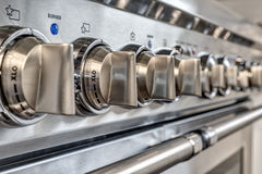 Fermez-vous des boutons sur la cuisinière à gaz de qualité Photographie stock