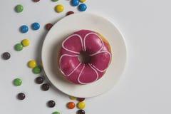 Fermez-vous des butées toriques de fraise et de la sucrerie, chocolat images stock