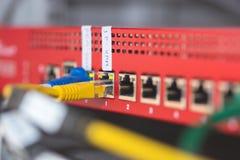 fermez-vous des câbles reliés aux commutateurs photographie stock libre de droits