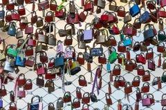 Fermez-vous des cadenas comme symbole de l'amour éternel à un pont à Salzbourg Image stock