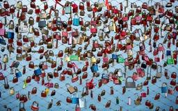 Fermez-vous des cadenas comme symbole de l'amour éternel à un pont à Salzbourg Photographie stock