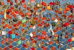 Fermez-vous des cadenas comme symbole de l'amour éternel à un pont à Salzbourg Image libre de droits