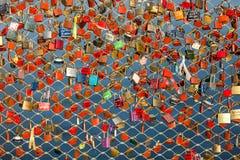 Fermez-vous des cadenas comme symbole de l'amour éternel à un pont à Salzbourg Photo stock