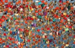 Fermez-vous des cadenas comme symbole de l'amour éternel à un pont à Salzbourg Autriche au-dessus de la rivière Salzach Photo stock