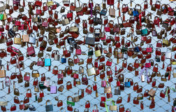 Fermez-vous des cadenas comme symbole de l'amour éternel à un pont à Salzbourg Autriche au-dessus de la rivière Salzach Images libres de droits