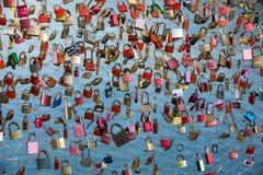 Fermez-vous des cadenas comme symbole de l'amour éternel à un pont à Salzbourg Autriche au-dessus de la rivière Salzach Photo libre de droits