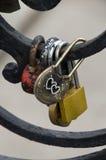 Fermez-vous des cadenas sur la barrière noire en métal Images libres de droits