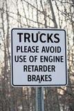 Fermez-vous des camions évitent le signe de freins de retard Photo stock