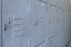 Fermez-vous des casiers gris en métal pour le stockage personnel photos stock