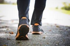 Fermez-vous des chaussures de course sur l'asphalte Photo libre de droits
