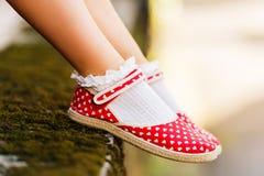 Fermez-vous des chaussures rouges de point de polka Photos stock