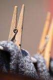 Fermez-vous des chevilles d'habillement tenant le lavage sur la ligne de lavage Images stock