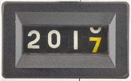 Fermez-vous des chiffres d'un compteur mécanique Concept de la nouvelle année 2017 photographie stock libre de droits