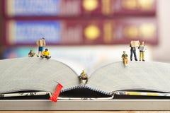 Fermez-vous des chiffres miniatures d'un groupe de personnes Image libre de droits