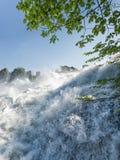 Fermez-vous des chutes du Rhin en Suisse image libre de droits