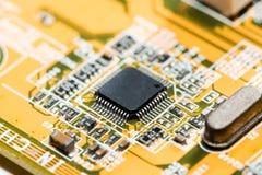 fermez-vous des circuits électroniques en technologie sur le fond d'ordinateur de Mainboard photo libre de droits