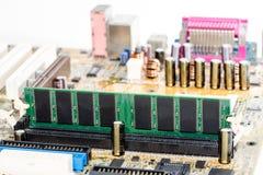 fermez-vous des circuits électroniques en technologie sur le fond d'ordinateur de Mainboard photos stock
