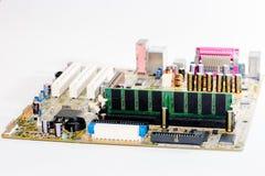 fermez-vous des circuits électroniques en technologie sur le fond d'ordinateur de Mainboard image stock