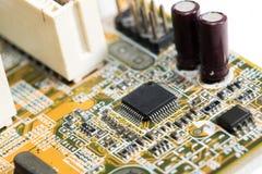 fermez-vous des circuits électroniques en technologie sur le fond d'ordinateur de Mainboard images stock