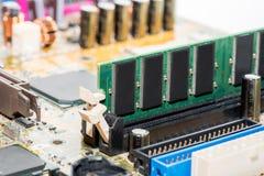 fermez-vous des circuits électroniques en technologie sur le fond d'ordinateur de Mainboard photos libres de droits