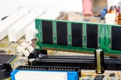 fermez-vous des circuits électroniques en technologie sur le fond d'ordinateur de Mainboard photographie stock