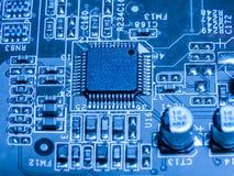 Fermez-vous des circuits électroniques en technologie sur Mainboard images stock