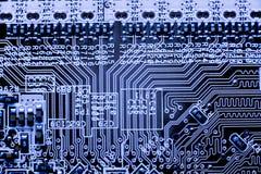 Fermez-vous des circuits électroniques en technologie sur Mainboard photos libres de droits