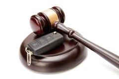 Fermez-vous des clés en bois de marteau et de voiture de juge au-dessus de l'abat-voix images libres de droits