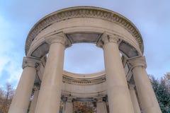 Fermez-vous des colonnes lisses avec une structure circulaire sur le dessus un jour ensoleillé images stock