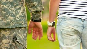 Fermez-vous des couples affectueux tenant des mains banque de vidéos