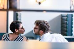 Fermez-vous des couples aimants que regardant l'un l'autre photo stock