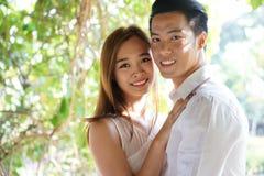 Fermez-vous des couples asiatiques dans l'amour dehors Photographie stock libre de droits
