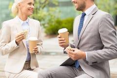 Fermez-vous des couples d'affaires à la pause-café image stock