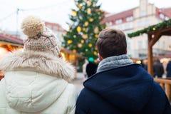 Fermez-vous des couples dans la vieille ville à Noël Photo libre de droits