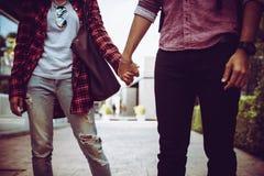 Fermez-vous des couples de hippie dans l'amour marchant de pair  Images stock