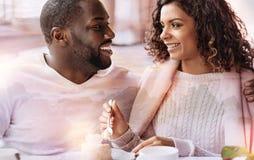 Fermez-vous des couples de sourire prenant le déjeuner Images libres de droits