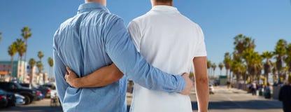 Fermez-vous des couples gais étreignant au-dessus de Los Angeles Photographie stock libre de droits