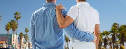 Fermez-vous des couples gais étreignant au-dessus de Los Angeles Photo stock