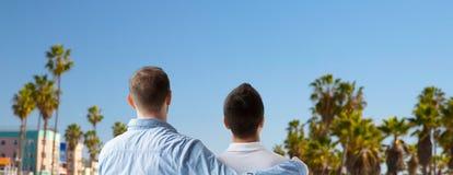 Fermez-vous des couples gais étreignant au-dessus de Los Angeles Photos libres de droits