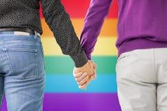 Fermez-vous des couples gais masculins tenant des mains Photo stock