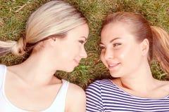 Fermez-vous des couples lesbiens en parc Photographie stock libre de droits